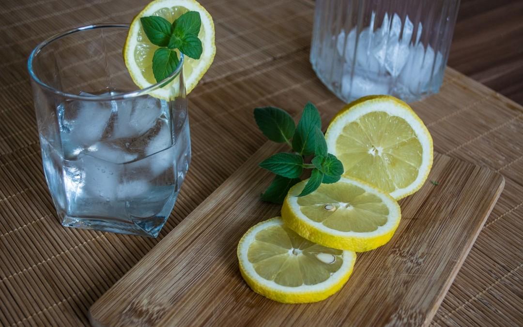 Agua con limón en ayunas para evitar la gripe