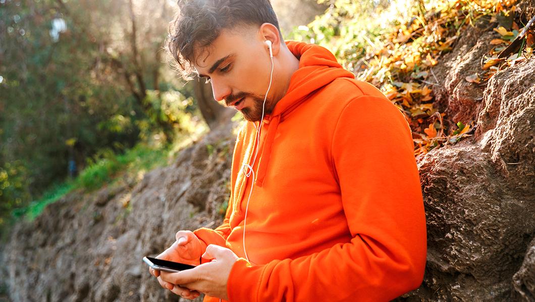 Jóvenes y sordera: el peligro de subir el volumen